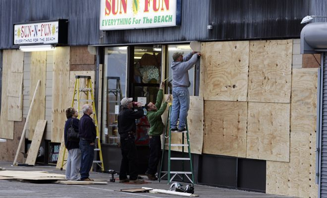 hurricane_sandy_boarding_up